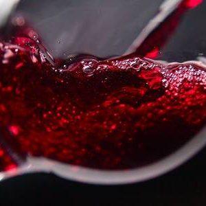 37416669-el-vino-tinto-en-copa-de-vino-en-el-fondo-negro